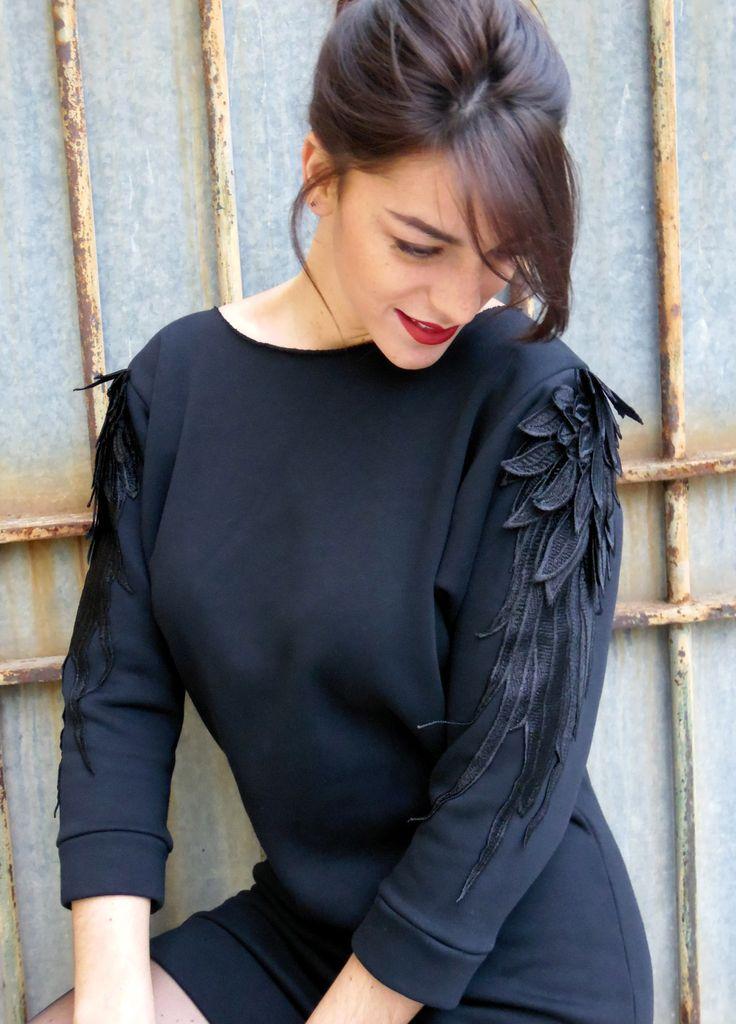 """Robe noire courte, style sweat-shirt, en molleton, avec application de broderies """"plumes"""" sur les manches 3/4 : Robe par madame-chabada"""