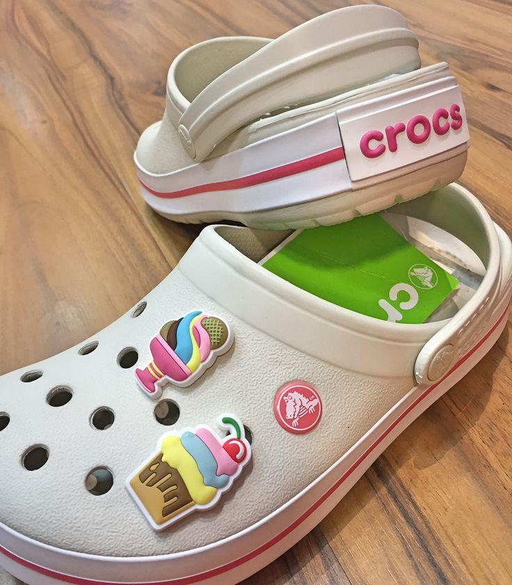 Que o @crocs é lindo estiloso e super confortável nós já sabemos mas se vc quer personalizar ele ainda mais pra ficar a sua cara então aposte nos jibbitz temos com vários temas e personagens as crianças amam e nós tb  Dá só uma olhada nesses modelos novos que chegaram em nossa loja hj Crocs é na Klima Wear.!!! Esperamos vcs !!! #crocs #jibbitz # Av.São Jerônimo 120 Welcome Center Americana-SP  Tel: (19) 3013-2067 WhatsApp: (19) 99449-3559
