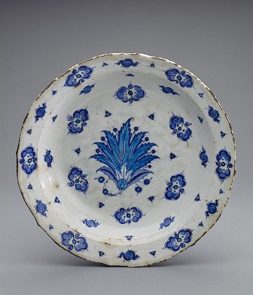 Dish Turkey, Iznik. Second qurter of 16th century Faience; underglaze painting…
