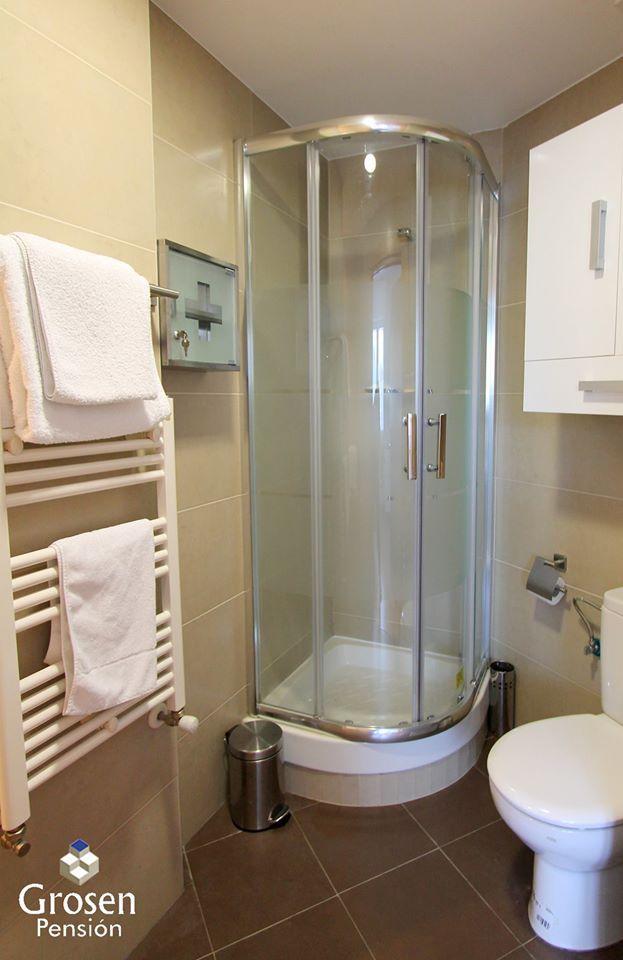 Con una capacidad para 4/6 personas está situado junto a la Pensión. A 300 metros de la Playa de la Zurriola en el barrio de Gros. Dispone de 2 dormitorios, 2 baños, salon-comedor con TV Pantalla Plana, cocina completa. Adaptado a personas con movilidad reducida. Conexión a Internet WIFI GRATIS. PRECIO ESPECIAL OTOÑO: 100€/DÍA (4 PERSONAS) RESERVAS: +34 634 288 816 O info@pensiongrosen.com