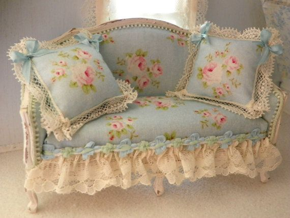 questo divano con i suoi colori celeste chiaro e rosa ,è perfetto inserito in un ambiente dallo stile shabby chic misura H 80mm W 130mm D 55mm