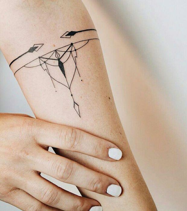 Tatouage, bracelet fin flèches