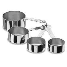 Equipo de medición.  Tazas medidoras. Utensilio utilizado para medir la cantidad de un ingrediente líquido o sólido. Consisten en un juego de 4 o 6 tazas con medidas de 1 taza, 3/4 de taza, 2/3 de taza, 1/2 taza, 1/3 de taza y 1/4 de taza. Son fabricadas en metal, plástico o madera.