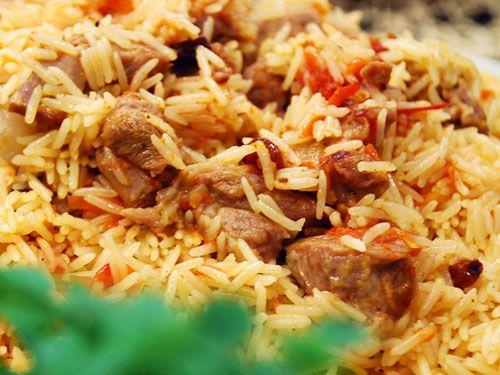 Malzemeler: 300 gram kuzu eti 1 soğan 1 çay bardağı kuru üzüm 2 havuç 3 domates 1 kilogram pir...