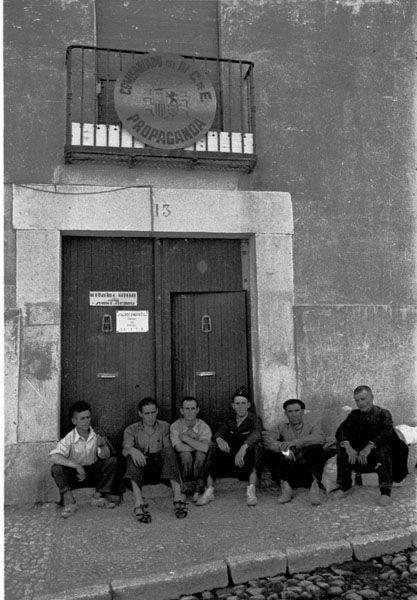 Spain - 1937. - GC - Madrid - Soldados y paisanos sentados a la puerta del Comisariado de Propaganda en Chinchón.