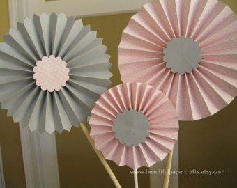 Pink and Gold Glitter Paper Fan Backdrop por BeautifulPaperCrafts