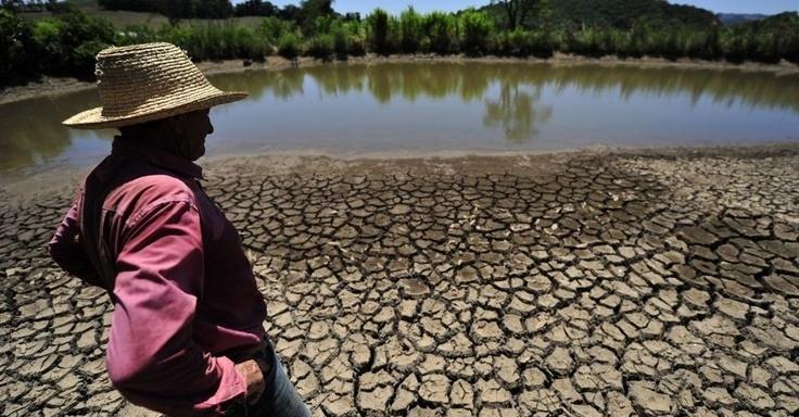 Produtor mostra terreno árido na zona rural de Nova Palma (RS), durante a estiagem na região. Ao menos 73 municípios decretaram situação de emergência por conta da falta de chuva
