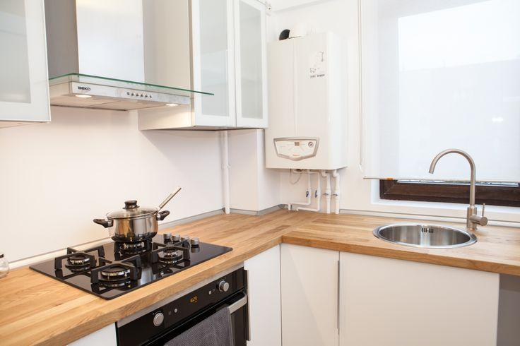 Bucataria semideschisa e practica   Bucătăria reprezintă o continuare a designului abordat în partea de living. Este o bucătărie semi-închisă, extreme de funcțională, care respect atât spațiile de lucru, cât și spațiul de servire a mesei, atât de necesar într-un cămin.