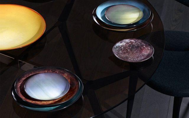 A tavola nello spazio cosmico è la suggestione di Cosmic Diner dove i pianeti sono piatti in porcellana decorata Frutto della collaborazione tra due apprezzati brands italiani, Diesel Living e Seletti, Cosmic Diner è una collezione di piatti ispirata allo spazio cosmico. Il set di 11 pezzi rappresentano Luna, S #porcellana #tavola #piatti