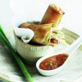Loempiaatjes met scherpe saus