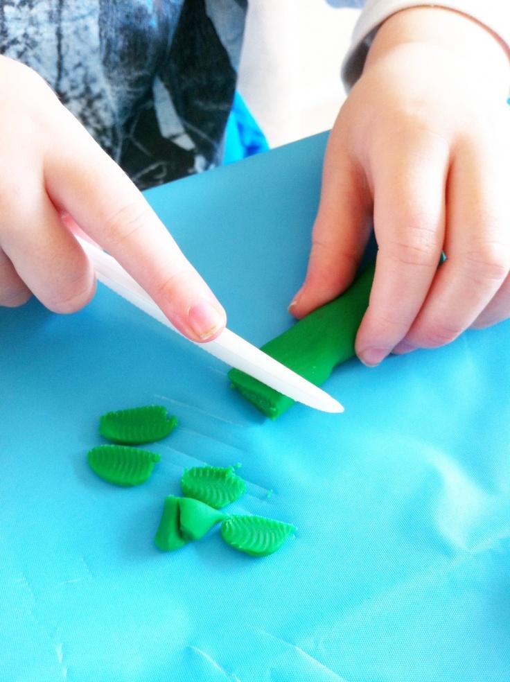 Practicando las habilidades motoras finas. Cortar masilla (play dough) con cuchillo de plástico