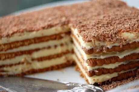 4 lagen petit beurre koekjes tussen laagjes boterroom met bovenop de taart geraspte chocolade