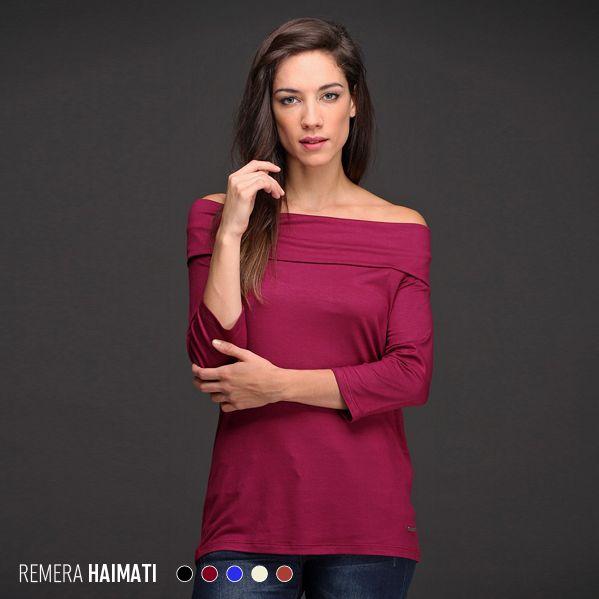 ¡Hombros descubiertos! La Remera Haimati es femenina y sexy. Está disponible en talles amplios con una hermosa paleta de color.