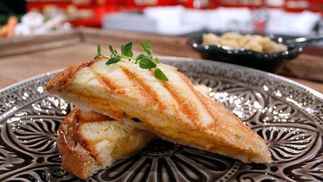 Krispiga, varma mackor med smält ost är perfekt tillbehör till soppa. Eller bara som de är, till en kopp te. Smakerna i hummos och auberginepuré lyfts en extra dimension här.