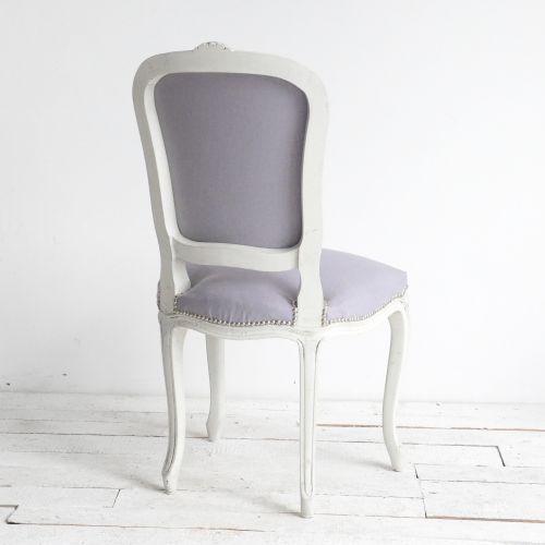 KRZESŁO SHABBY LOUIS #2 AGNIESZKA KRAWCZYK . MEBLE Piękne krzesełko w szaro - białej odsłonie! Przeszło ogromną metamorfozę i prezentuje się teraz niezwykle dekoracyjnie i bardzo shabby