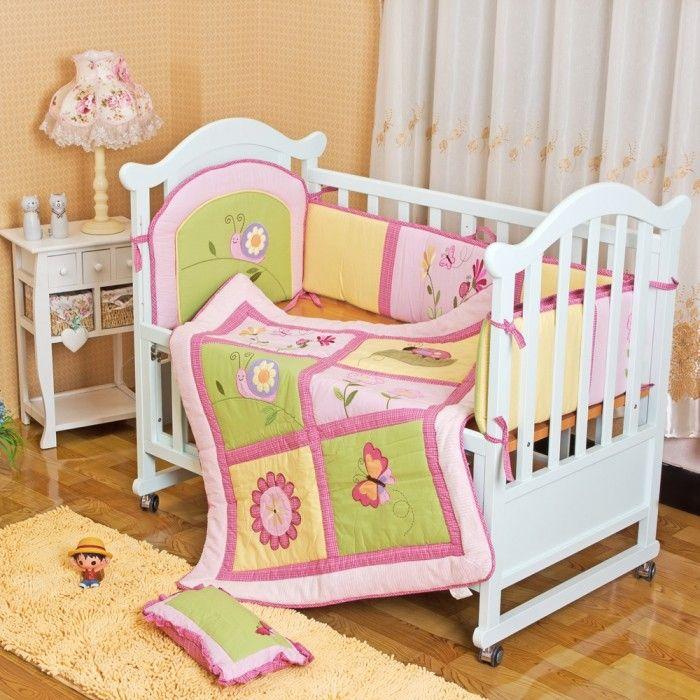 Детская кроватка с тремя бортиками и одеялом под цвет