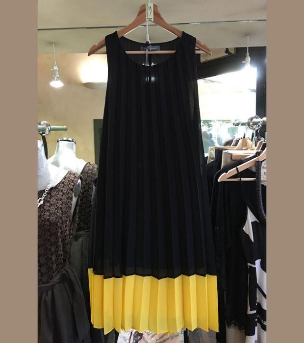 L'abito da donna corto Modello Enea, firmato da Sandro Ferrone, è un abito estivo da indossare in qualsiasi momento della giornata. Colori giallo e nero, tessuto plissé. Prodotto interamente in Italia.