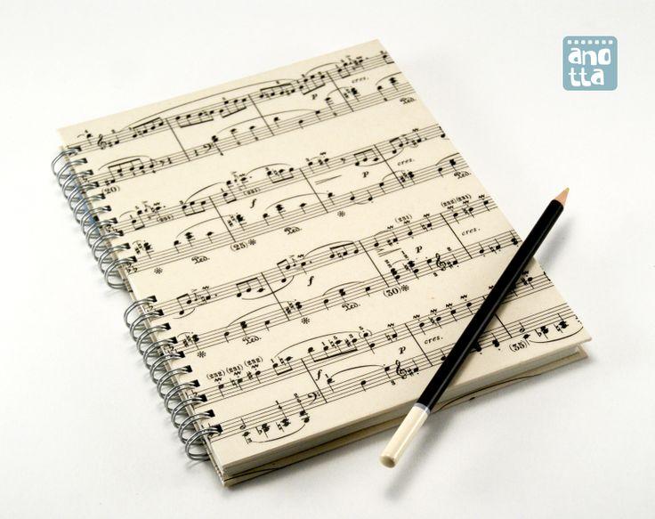 Libreta hecha a mano reciclando 4 páginas de una antigua partitura musical.