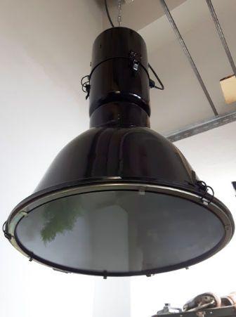 eLGO - lichte industrielamp Model HST-250-1 volledig gerestaureerd zwart  De lamp komt uit het magazijn van de Europese staalindustrie fabrikant en werd in de vroege jaren 80 ontworpen.De lamp heeft een nieuwe elektricien en de draad van de lamp van industriële is omgebouwd tot standaard e27.De HST-250-1 is ontworpen en vervaardigd in de jaren 1990. Deze lampen verlicht pakhuizen en industriële en verwerkende zalen. Vandaag kan deze mooie vorm weer genieten van het oog en geniet ervan in…