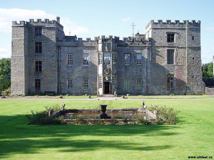 1. Chillingham Castle, Чиллингхэм, графство Нортумберленд, север Англии  Изначально замок был построен для предотвращения вторжения шотландцев во времена Короля Эдуарда I. Ходят многочисленные слухи и истории о привидениях, обитающих в замке. Исторически Чиллингхэм являлся местом пыток и страданий. Много людей здесь было обезглавлено, повешено или умерло от голода. В результате, замок стал излюбленным местом для экспертов по паранормальным явлениям.