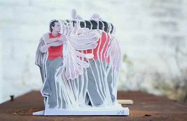 Vale a pena assistir o resultado incrível do vídeo realizado por Rogier Wieland – em Modern Dance, o artista holandês cria uma animação em stopmotion, feita no local, com recortes de papelão, onde um homem aparece dançando sem parar.Wieland, designer gráfico, tem como materiais favoritos o papel e o papelão, e esses foram os materiais usados para criar esse vídeo inovador e bastante curioso.