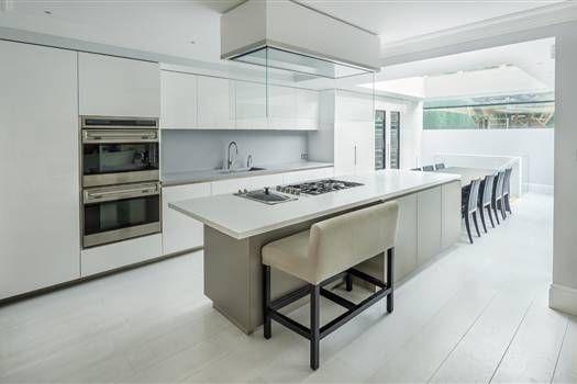 Cocina moderna blanca barra prolongaci n de isla con zona for Modulos cocinas integrales