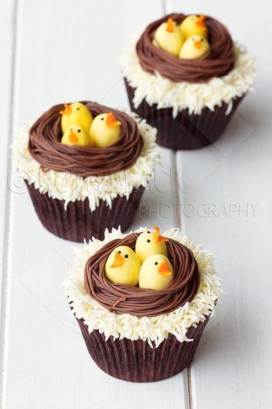 Tolle Idee für die Oster-Kaffeetafel: Muffins, die aussehen wie Nester. Funktioniert auch mit Schokoeiern statt Küken. #ostern #backen #muffins