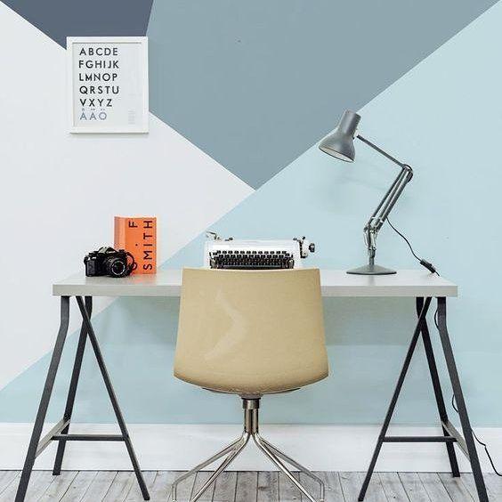 Esta pintura geométrica é super tendência em decoração e fez toda a diferença neste home office. #pinturageometrica #decoração  #decor #paredeazul #escritorio #office #homeofficedecor #homeoffice #bluewall #geometricpainting
