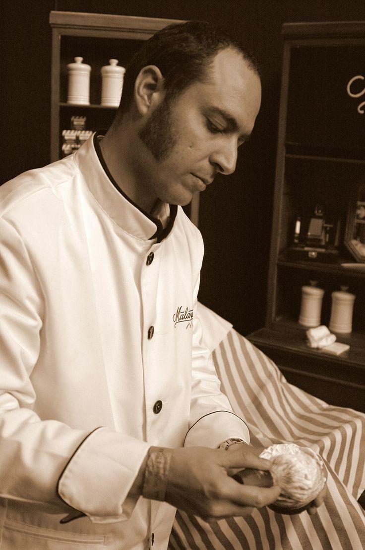 Roberto, de Barbería Malayerba, en acción. www.barberiamalayerba.es