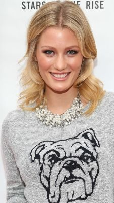 Actress Ashley Hinshaw rocks a center part and feathery waves to the Abercrombie & Fitch's presentation of their 2013 Stars on the Rise in Los Angeles.