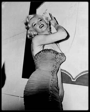 """10 Juillet 1953 / (Part IV) Marilyn participe à une action carricative à """"The Hollywood Bowl"""" (photo), dont les bénéfices seront reversés à l'hôpital """"Saint Jude"""". Pour cette soirée, Marilyn porte une de ses tenues du film """"Les hommes préfèrent les blondes"""". Marilyn est accompagnée de l'acteur Robert MITCHUM (son partenaire dans """"La rivière sans retour"""") ; ensuite elle retrouve l'acteur de sitcom Danny THOMAS sur scène pour co-animer la soirée, et pose pour les photographes dans les…"""