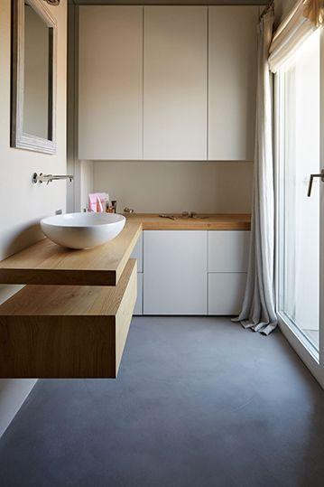 Adoro il pavimento di questo bagno! È realizzato con microtopping. Conosci il materiale? Ha molti vantaggi ed è perfetto per diversi ambienti della casa. In particolare per il bagno, perché elimina tutte le fughe. Vuoi saperne di più? Leggi l'articolo del mio blog! #pavimento #bagno #arredobagno #bathroom #bathroomdesign #bathroomideas #salledebain