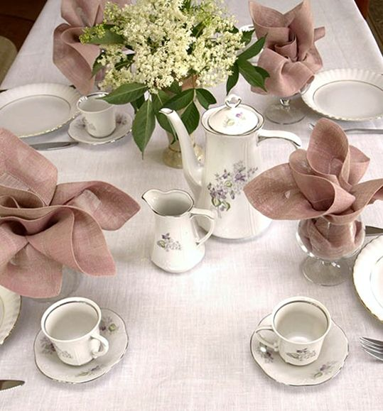 Eleganckie nakrycie stołu. Obrus lniany ecru i serwetki z siatki lnianej kolorowe. Uroczy zestaw do domu lub na nietuzinkowy prezent. Ciekawe obrączki do serwetek Gratis!