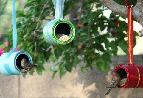 Un modo utile per riciclare i barattoli di latta? Eccolo qui, tutto a vantaggio degli uccelli selvatici. Trasformali in una mangiatoia!