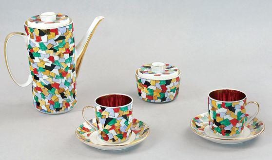 Komplet do kawy dla 4 osób proj. Wanda Bukowiecka porcelana malowana naszkliwnie, złocona wym.: dzbanek wys. 18 cm, średn. 8,4 cm; cukiernica: wys. 6,6 cm, średn. 8,8 cm; filiżanka: wys. 6,7 cm, średn. 6,2 cm; spodek: wys. 1,8 cm, średn. 12,4 cm sygn.: zielony znak firmowy Chodzież (podszkliwnie); naszkliwnie Projektowała /i ręcznie malowała / W. Bukowiecka Cena wywoławcza: 1 500 zł Rempex 22.10.2011