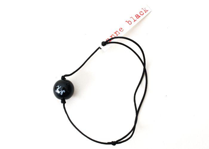 Anne Black Armbånd Kys - Tinga Tango Designbutik. Interiørbutik - Interior - Children - Børn - Toys - Legetøj - Brugskunst - Design - Kunst - Webshop - Billig fragt - illustrationer - porcelæn - keramik - Black - Sort