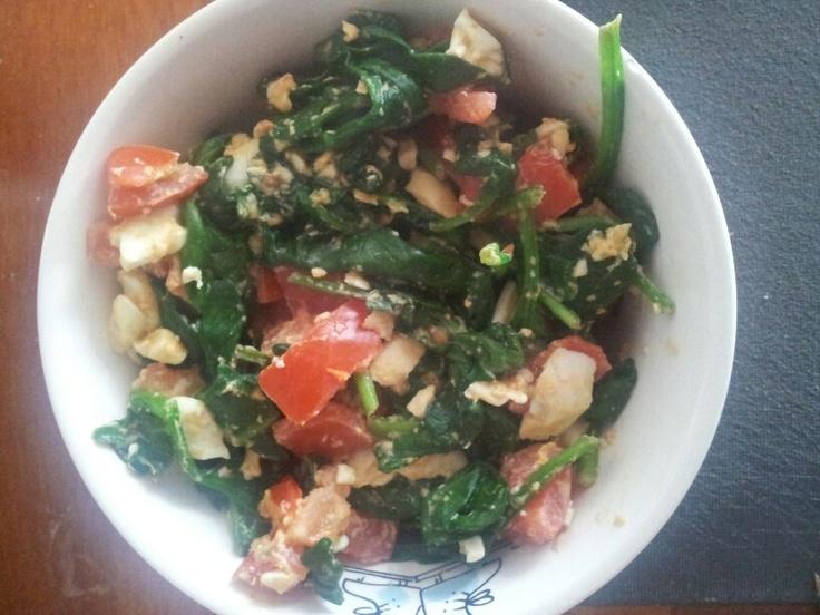 Warme spinazie salade met ei en tomaat