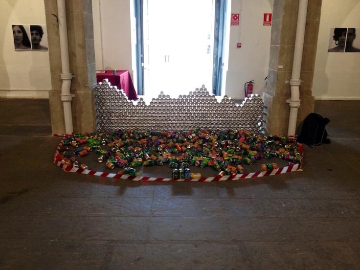 Precinto. Muro de latas vacías derribado. 2013