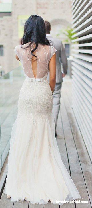 Vestido de noiva Jenny Packham ajustado ao quadril, acinturado com laço de cetim, com decote profundo nas costas e transparência.