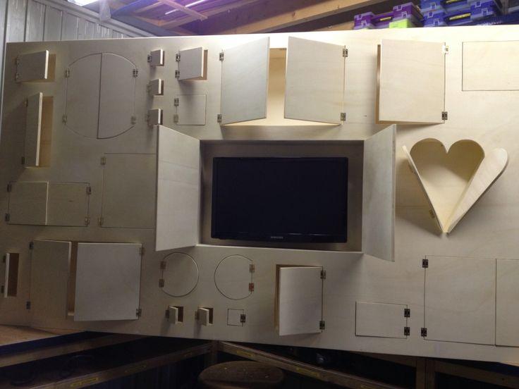 Vakjeskast met ingebouwd flatscreen tv-tje is klaar..