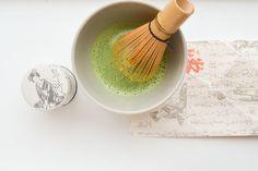 Hoe maak je matcha thee? Dat leg ik je hier haarfijn uit. Ik ben helemaal in de ban van Matcha, de zeer fijngemalen groene thee: wat een energie booster!