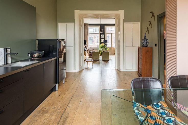 В толстой перегородке между кухней и гостиной с обоих сторон расположены стенные шкафы. .