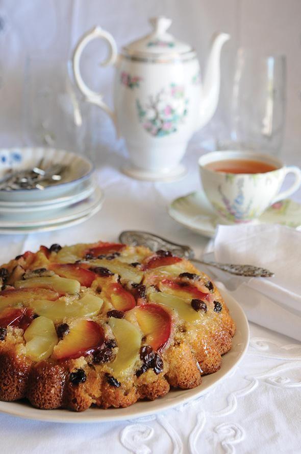 Ανάποδο κέικ με δαμάσκηνα σταφίδες και μήλα