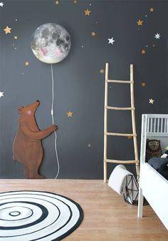 Geniale Idee für die Wandgestaltung im Kinderzimmer. Graue Wand mit Wandleuchte, die wie ein Mond aussieht.