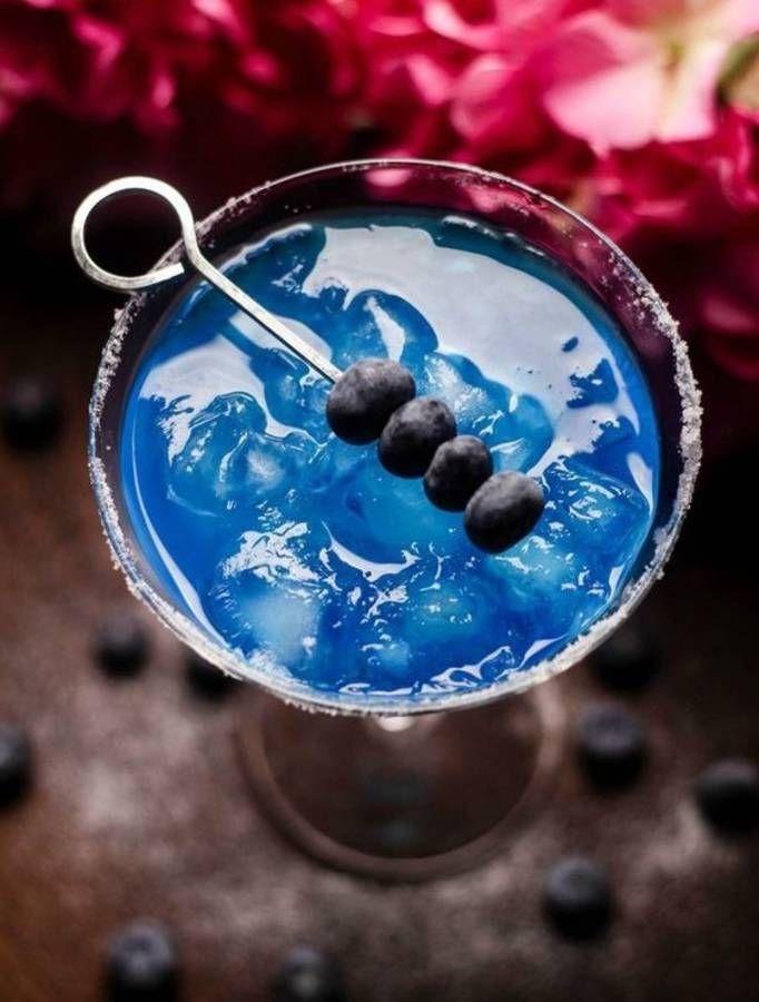 Cocktail bleu margarita spécial Euro de foot pour supporter les Bleus. Le bon mix : tequila + curaçao bleu + jus de citron vert + myrtilles