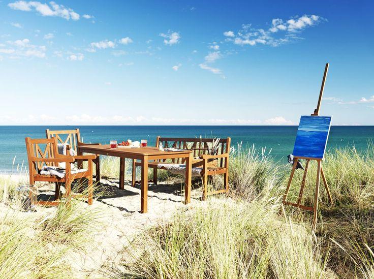 Un colț perfect pentru momentele petrecute alături de familie! Cu setul de terasă HAMAR, format din masă , scaune și bancă, nu trebuie să pleci de acasă pentru a te simți ca în vacanță. | JYSK