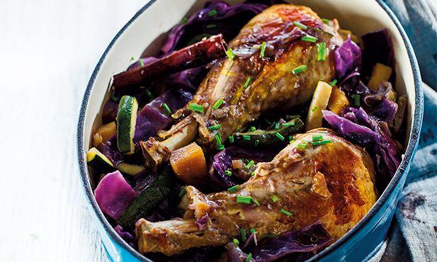Fiel à Dieta Mediterrânica, este peru com couve-roxa e batata-doce junta a proteína da carne com os nutrientes essenciais dos legumes.