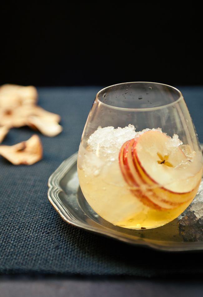 Whisky royal | #ReceitaPanelinha: Graças à maçã, esse drinque tem um quê de feminino. Ótima opção para usar aquela garrafa de uísque esquecida no fundo do armário.