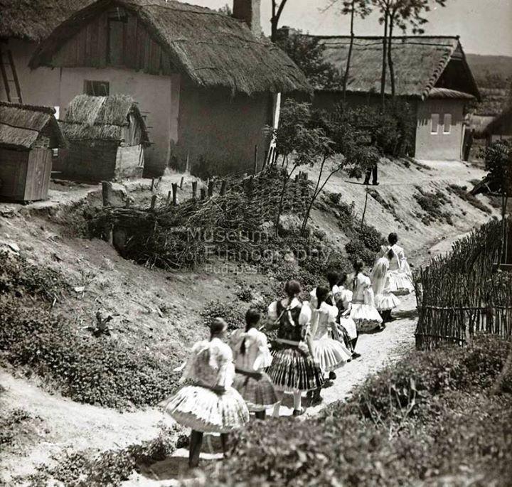 Vasárnapi díszben vonuló lányok.  Bény,  1930-as évek.   (fotó: Vadas Ernő)