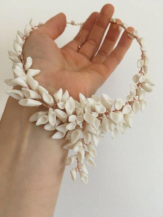 Artistieke bruiloft bloem ketting met wit porselein Calla lelies bloemen gemonteerd op mooie roze goud vergulde draad. Verklaring ketting die glamour aan uw bruids kleding toevoegen zal. Calla lelies bloemen zijn handgemaakt van porselein keramiek. Links ongeglazuurde die geeft een prachtige, satijn mat oppervlak. Ontslagen bij een zeer hoge temperatuur (1250 graden!) om ervoor te zorgen dat ze zijn robuust. Alle onze porselein stukken zijn gemaakt van Paros porselein, smetteloze witte…